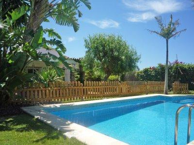 Villa a muy pocos minutos de la playa, jardines tropicales, piscina..