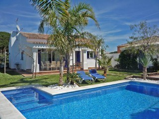 Estupenda villa en la zona de Majadales de Roche, a 3,5 Km. de las playas de arena dorada y aguas cristalinas de Roche.