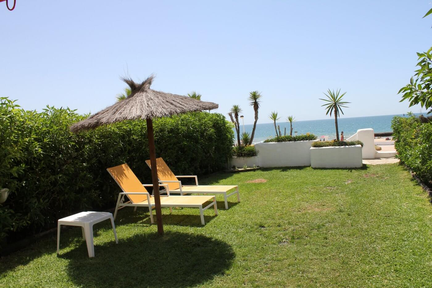 Alquiler de chalet en matalasca as en primera linea de playa for Casas en alquiler en la playa con piscina