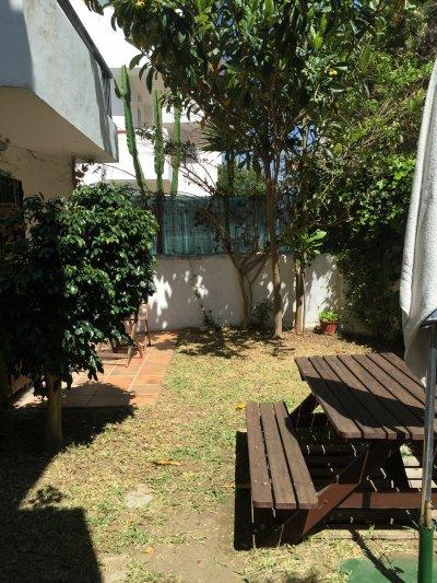 Apartamento de dos habitaciones con jard n privado de 70 for Apartamentos jardines de zahara